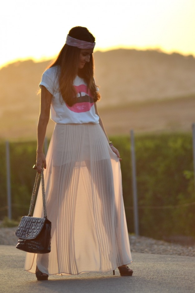 White round neck cotton t-shirt, striped grey linen skirt casual maxi skirt - not to voluminous so it's still practical to chase after Bean. Maxi skirts are excellent for people who wish to truly feel girly but not overly dressy. They are so fun and casual. The maxi skirts is one of the most comfortable wear, therefore, it is the best for Summers.