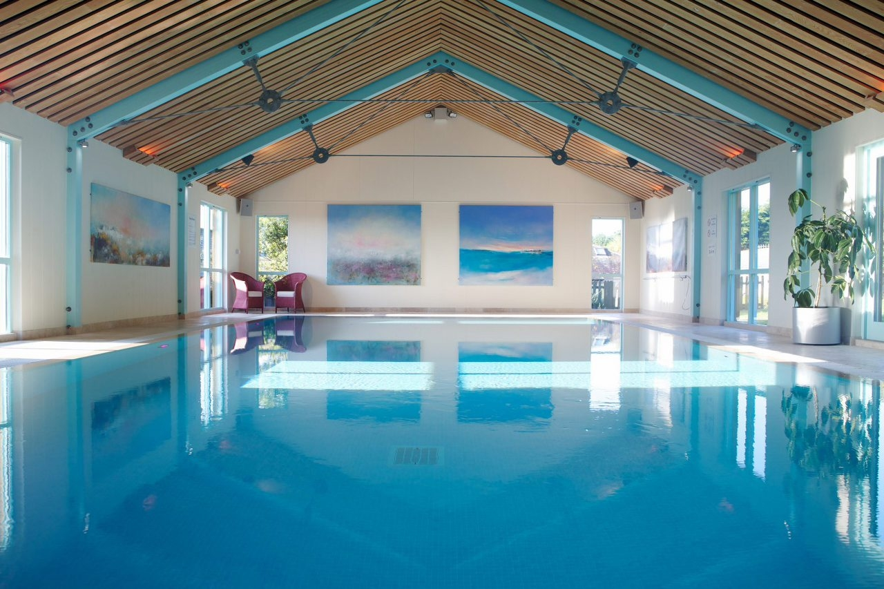Indoor swimming pool pictures photos and images for for Swimming pool room ideas