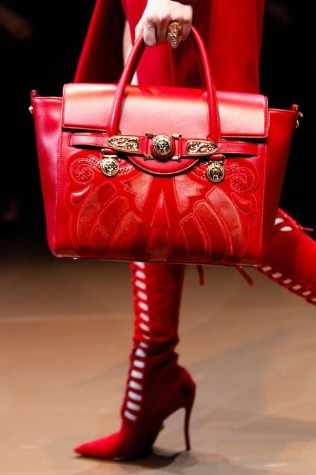 how to wear red handbags