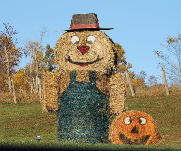 Giant scarecrow made from hay bales pictures photos and for Bales of hay for decoration