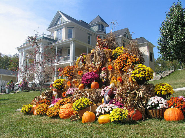 A mountain made from hay bales mums pumpkins pictures for Bales of hay for decoration