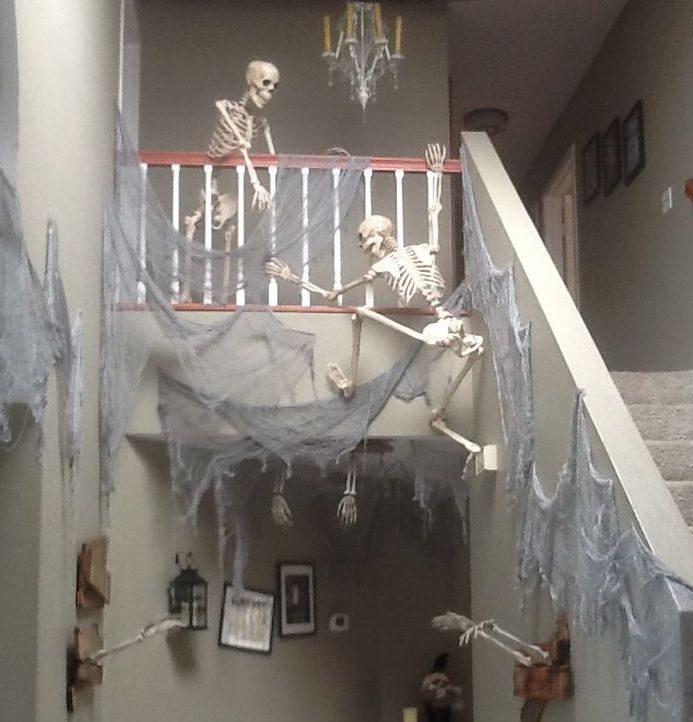 Skeleton stairway decor pictures photos and images for - Fabriquer deco halloween ...
