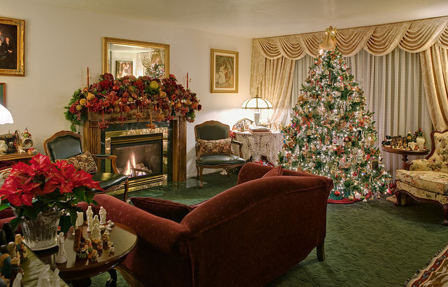 Beautifully living room decorated for christmas pictures for Interior home christmas decorations
