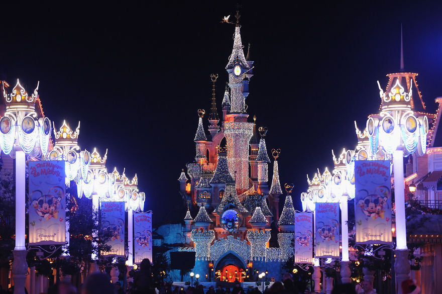 Assez Disneyland Paris At Christmas Pictures, Photos, and Images for  AY42