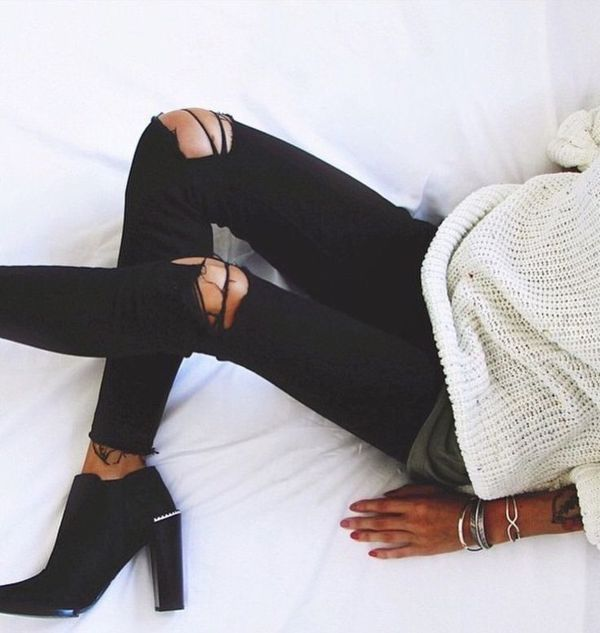 ccc54b59c786 Ripped Black Jeans With Black Boots White Knitted Sweater Pictures ...