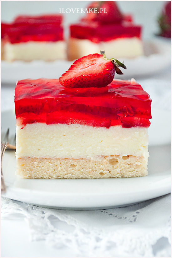 Sponge Cake With Strawberries And Pudding Cream Pictures, Photos, and ...
