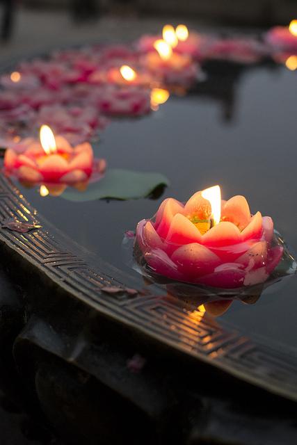 velas flotantes en el centro de la mesa