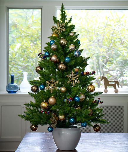 Sophisticated christmas mini tree pictures photos and for Small christmas tree decorating ideas