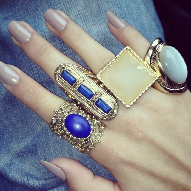 how to wear two rings on one hand